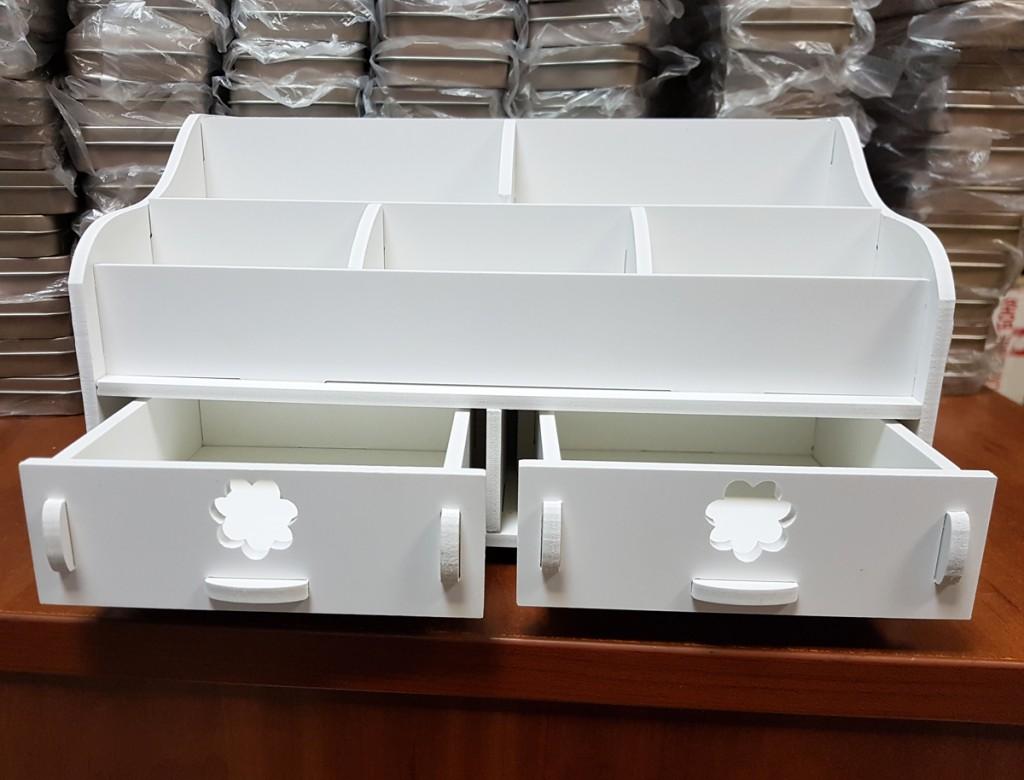 Ящик-органайзер для хранения косметики.